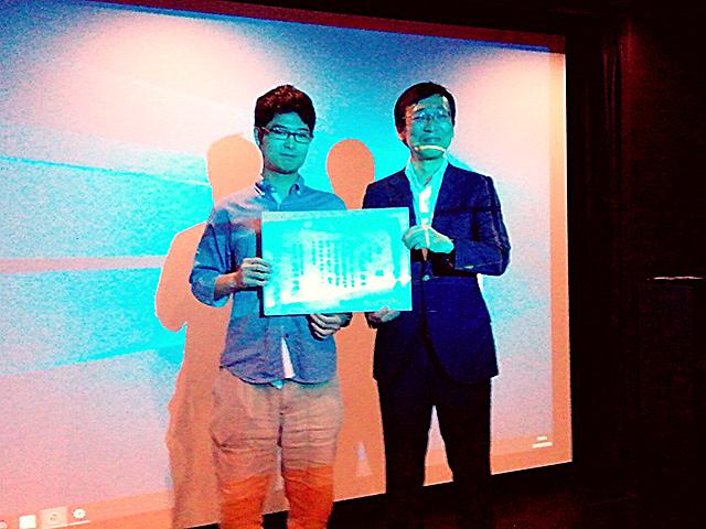 優勝者のもにかなさんと、プレゼンターの松戸市文化観光国際課 白井課長
