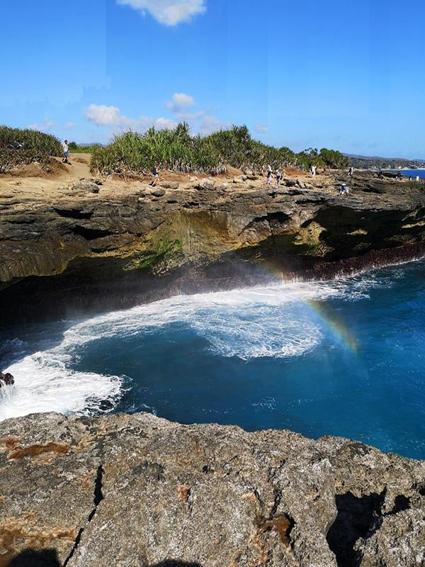 波の飛沫でできる虹