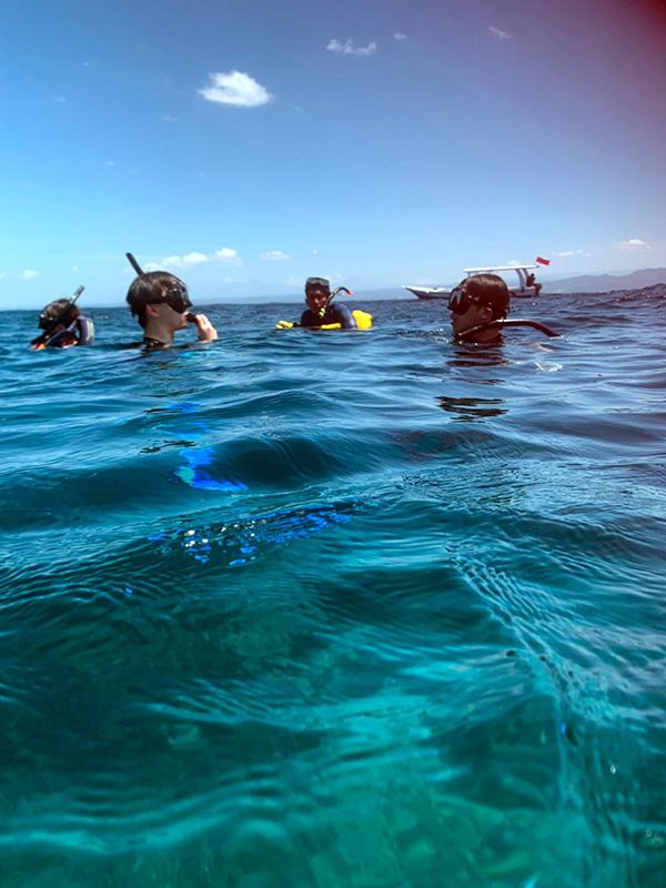 バリの海でシュノーケリングをする人々