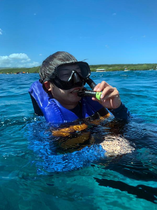 バリの海でシュノーケリングをする人